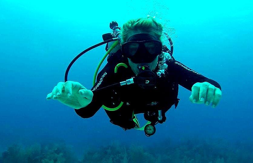 Buzo-de-equipo-autónomo-scuba-diver-curso-buceo-recreativo-Liquid-Planet-Web